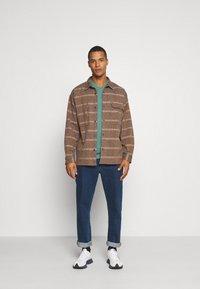 Burton Menswear London - SHORT SLEEVE V NECK 3 PACK - Basic T-shirt - navy/light grey - 0