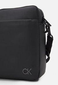 Calvin Klein - MESSENGER UNISEX - Sac ordinateur - black - 3