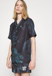 11 DEGREES - TROPCIAL RESORT SHIRT - Camisa - black/green/purple - 3