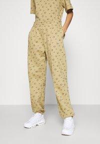 Nike Sportswear - W NSW PANT BB AOP PRNT PACK - Tracksuit bottoms - parachute beige - 2