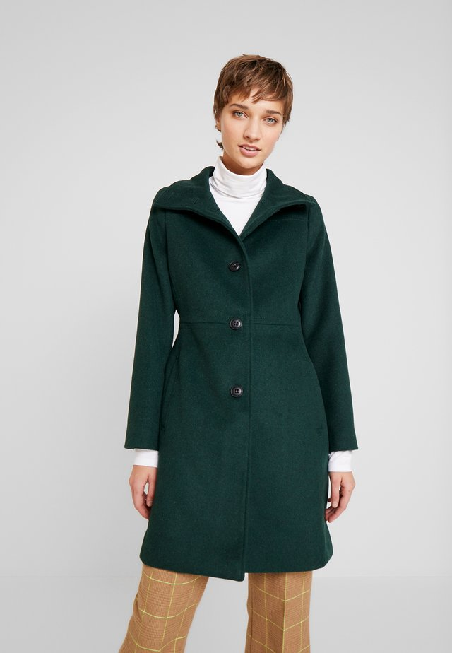 FEMININE COAT - Frakker / klassisk frakker - bottle green