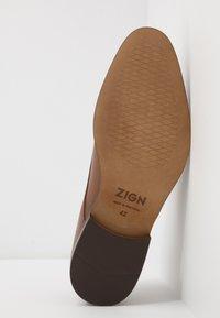 Zign - Elegantní šněrovací boty - cognac - 4