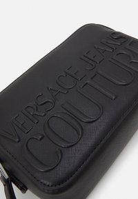 Versace Jeans Couture - LOGOMANIA CAMERA BAG - Across body bag - nero - 5