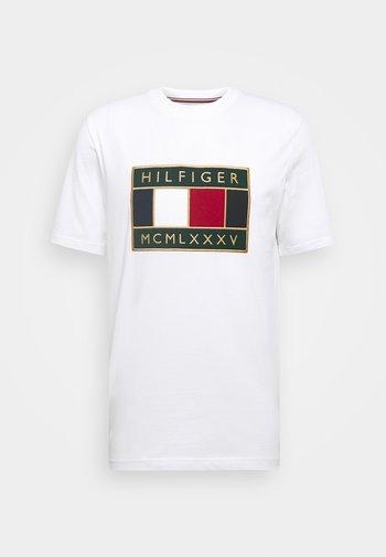 GLOBAL FLAG TEE - T-shirt med print - white