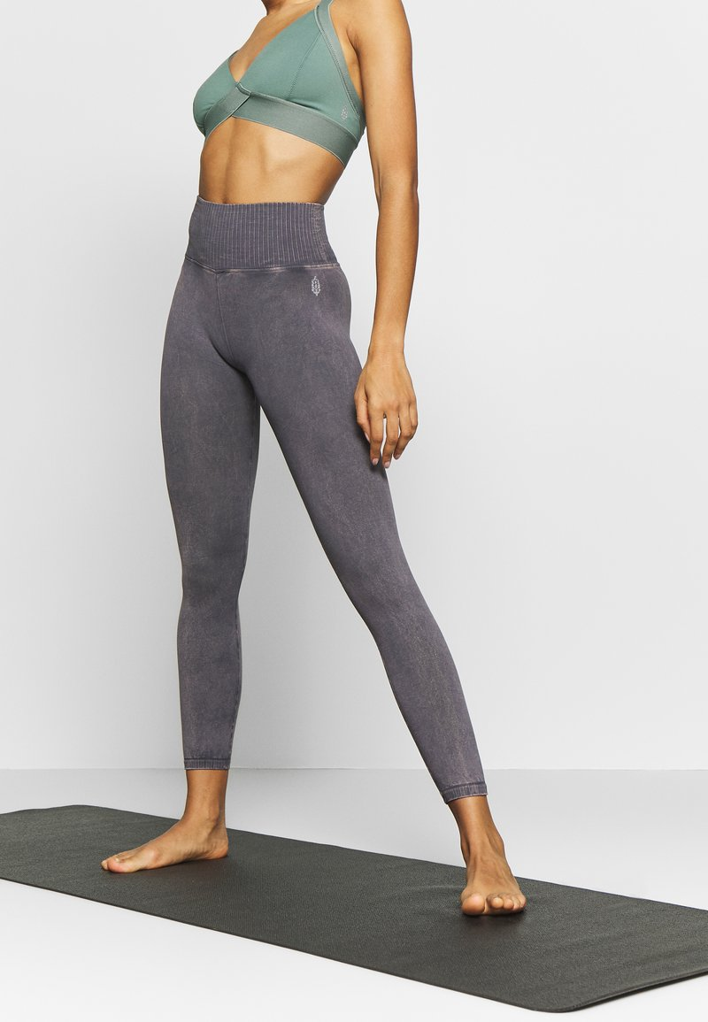 Free People - GOOD KARMA LEGGING - Punčochy - graphite
