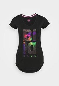 ISELA LIFESTYLE TEE - Camiseta estampada - black/neon