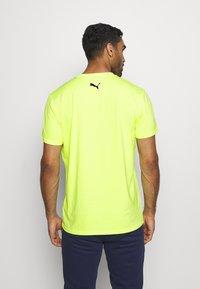 Puma - TRAIN GRAPHIC SHORT SLEEVE TEE - T-shirt print - fizzy yellow - 2