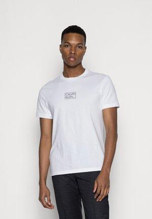 CHEST BOX LOGO - Camiseta estampada - bright white