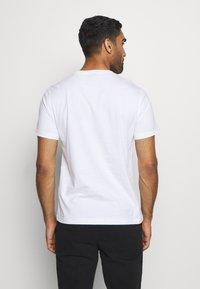 Champion - LEGACY CREWNECK - Print T-shirt - white - 2