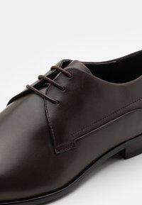 HUGO - APPEAL DERB - Eleganckie buty - dark brown - 5
