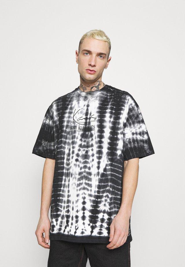 SIGNATURE TIE DYE TEE UNISEX  - T-shirt print - white