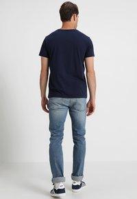 GANT - SHIELD - T-shirt med print - evening blue - 2