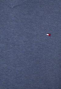 Tommy Hilfiger - V NECK - Stickad tröja - faded indigo heather - 7
