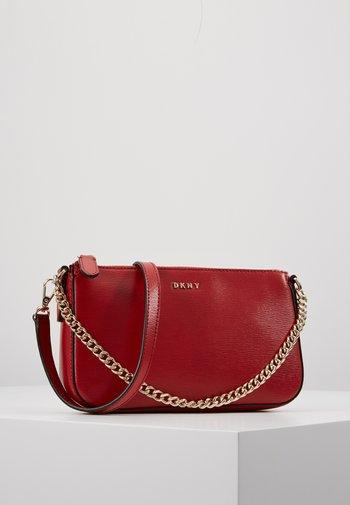 SUTTON DEMI XBODY - Käsilaukku - bright red