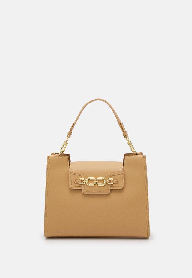 CLAMP LOGO SHOULDER BAG - Handväska - cammello