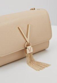 Valentino Bags - DIVINA - Sac bandoulière - off white - 5