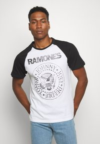 Only & Sons - ONSRAMONES FRONT PRINT TEE - T-shirt con stampa - white - 0