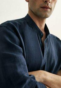 Massimo Dutti - SLIM-FIT-HEMD AUS REINEM LEINEN MIT MAOKRAGEN 00101301 - Shirt - blue-black denim - 1