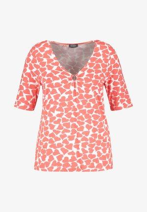 MIT HERZ-PRINT - Print T-shirt - fusion coral gemustert