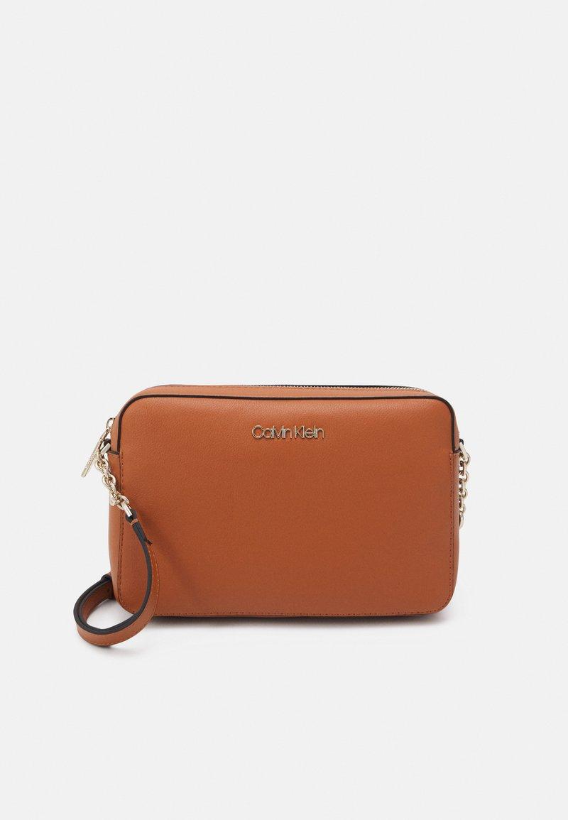 Calvin Klein - CAMERA BAG - Taška spříčným popruhem - cognac