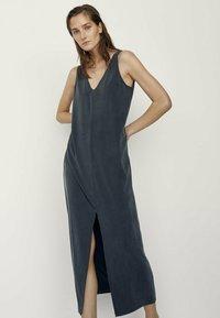 Massimo Dutti - MIT V-AUSSCHNITT  - Maxi dress - dark blue - 0