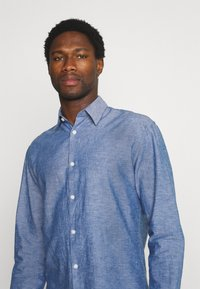Selected Homme - SLHREGNEW SHIRT - Skjorta - medium blue denim - 4