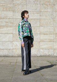 adidas Originals - ORIGINALS TREFOIL MOMENTS WINDBREAKER LOOSE - Training jacket - multicolour - 1