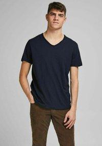 Jack & Jones PREMIUM - Basic T-shirt - peacoat - 0