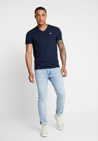 Hollister Co. - ICON VARIETY - Basic T-shirt - navy/mint - 1