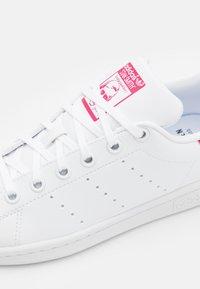 adidas Originals - STAN SMITH UNISEX - Zapatillas - footwear white/bold pink - 5