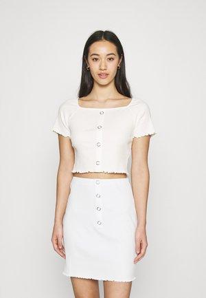 BABYLOCK RUFFLE TOP - T-shirt z nadrukiem - white