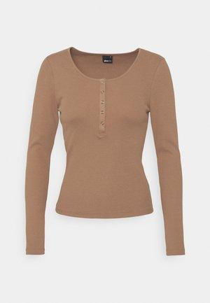 CELIE - Topper langermet - summer brown