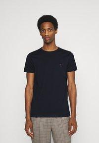 Tommy Hilfiger - BACK LOGO TEE - T-shirt med print - desert sky - 0