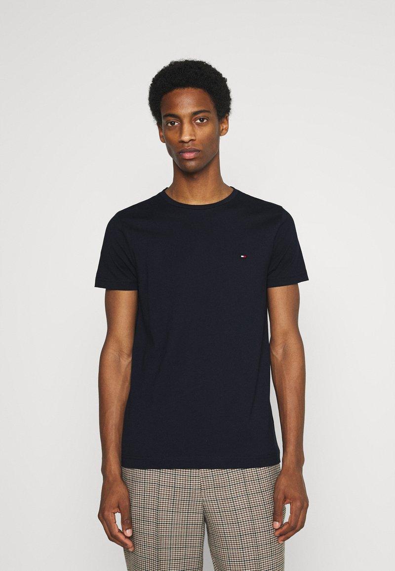 Tommy Hilfiger - BACK LOGO TEE - T-shirt med print - desert sky