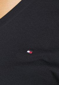 Tommy Hilfiger Curve - NEW V NECK TEE - Basic T-shirt - desert sky - 6