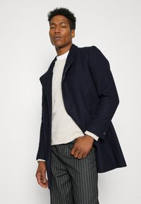 Isaac Dewhirst - HIDDEN BUTTON PLACKET - Cappotto classico - navy - 3