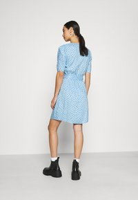 Monki - PING DRESS - Kjole - blue light irrydot - 2