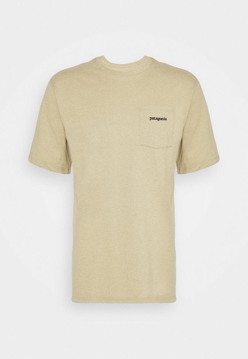 Patagonia - LINE LOGO RIDGE POCKET RESPONSIBILI TEE - T-shirt imprimé - classic tan