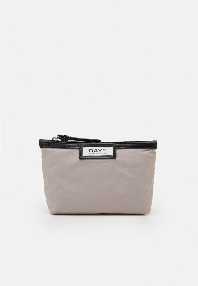 GWENETH MINI - Kosmetická taška - cloud grey