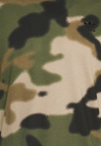 adidas Originals - CAMO CALI - T-shirts print - wild pine/multicolor/black - 6