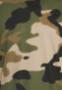 adidas Originals - CAMO CALI - T-shirt con stampa - wild pine/multicolor/black - 6