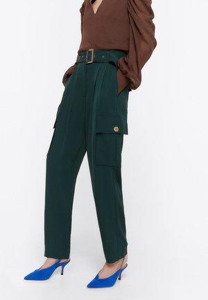 MIT TASCHEN - Spodnie materiałowe - green