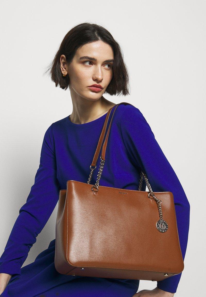 DKNY - BRYANT SHOP TOTE SUTTON - Handbag - caramel