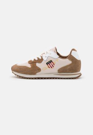 BEJA - Sneakers laag - walnut/beige
