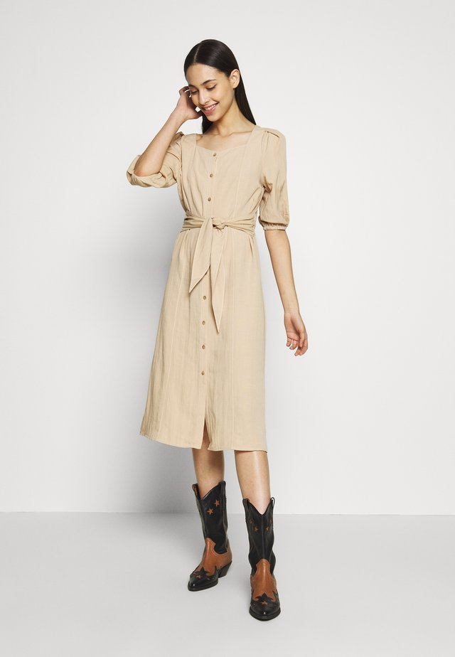 PCROSALI MEDI DRESS - Abito a camicia - warm sand