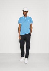 Marc O'Polo - SHORT SLEEVE BUTTON PLACKET COLLAR AND CUFF - Polo shirt - azure blue - 1