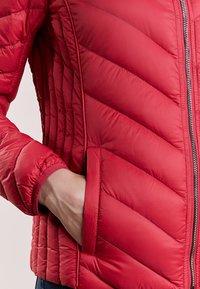 MICHAEL Michael Kors - SHORT PACKABLE PUFFER - Down jacket - red - 5