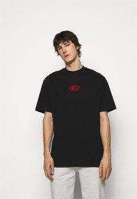 Han Kjøbenhavn - BOXY TEE FRONT - Print T-shirt - faded black/red - 0