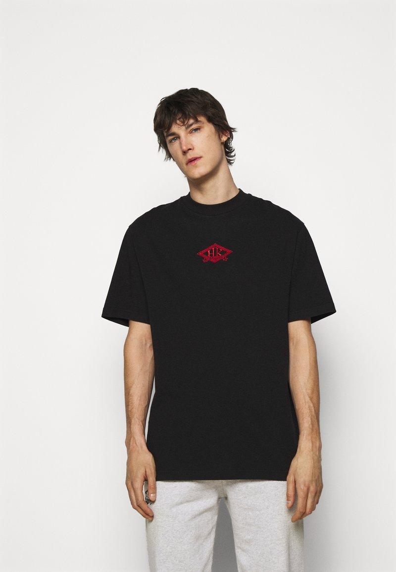 Han Kjøbenhavn - BOXY TEE FRONT - Print T-shirt - faded black/red