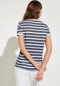 comma casual identity - MIT SCHMUCK-APPLIKATION - Print T-shirt - marine - 2